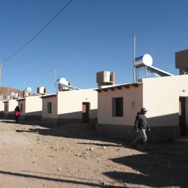 4.Viviendas-IVUJ-de-Susques-con-los-termotanques-solares-ya-instalados-1140x758