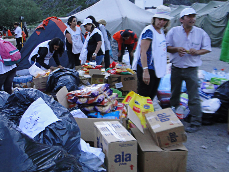 Los elementos donados se clasifican para ser entregados a los damnificados según sus necesidades