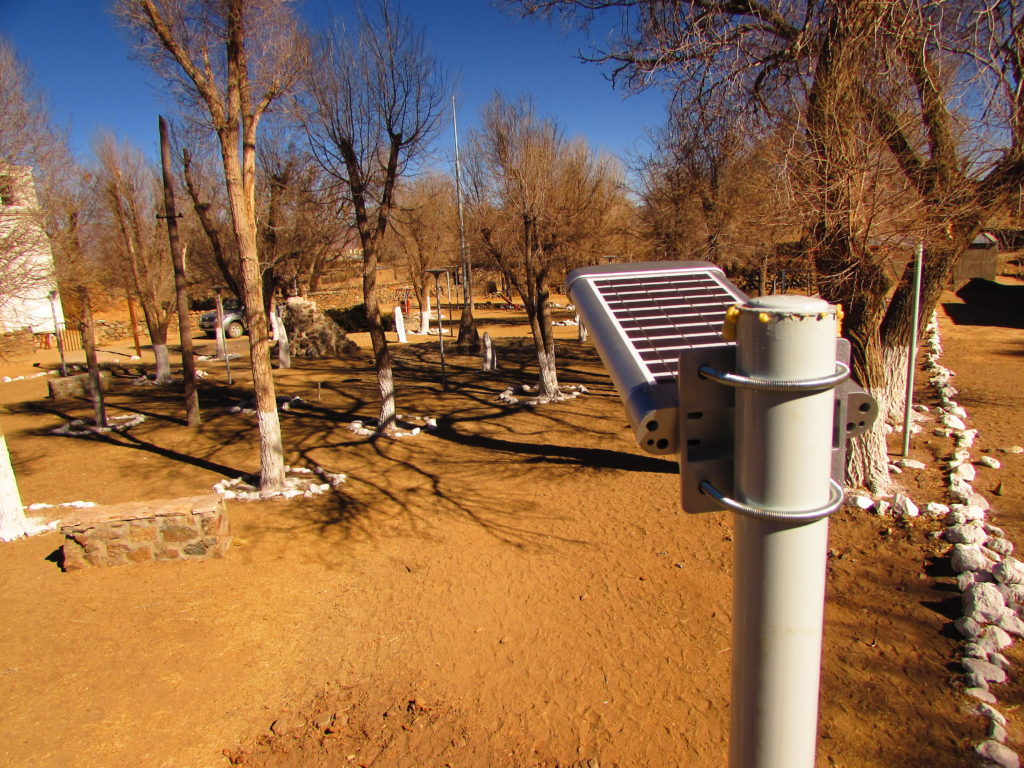 Dispositivo LED con panel solar incorporado