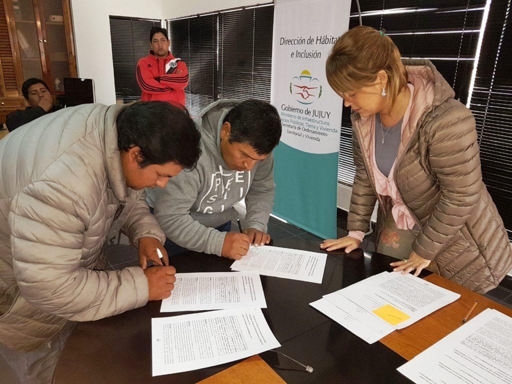 Los cooperativistas rubrican convenios con el Gobierno para la finalización de viviendas.