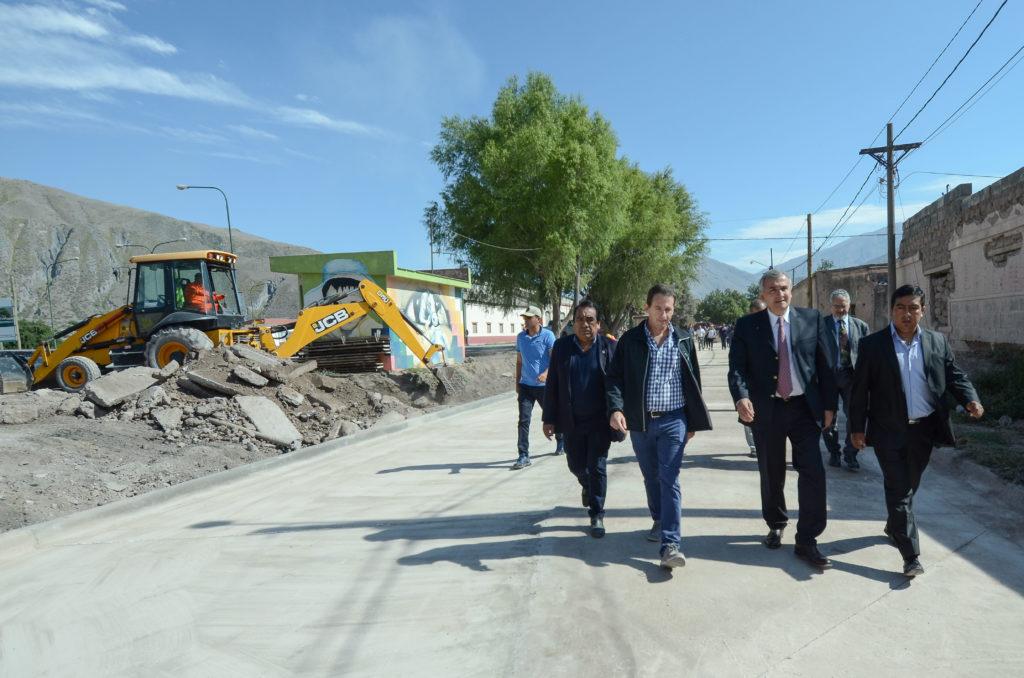 GM Gobernador Morales recorriendo obras de pavimentación en Volcán