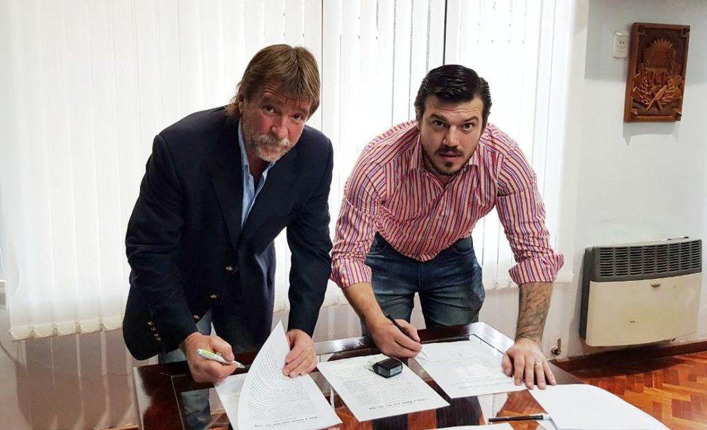Rizzotti y Poncio durante la firma del convenio, que estipula trabajo y aportes de ambas partes para la Escuela Agrotécnica y el Club Peñarol de Fraile Pintado.
