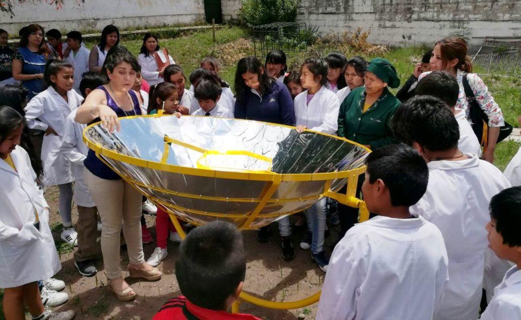 Niños, niñas y personal docente y auxiliar de las escuelas de Capital aprenden de cocinas y calefones, rompiendo el mito de que sólo en la puna se puede usar la energía solar.