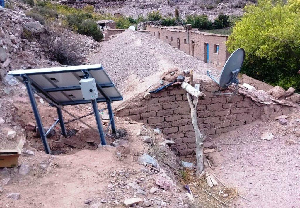 la casa de lautaro ahora cuenta con energía solar, que le permiten la refrigeración de su medicina.