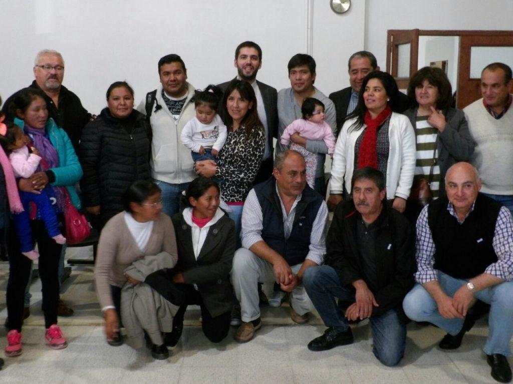 Familias beneficiarias junto al equipo de la Secretaría de Ordenamiento Territorial y Vivienda.