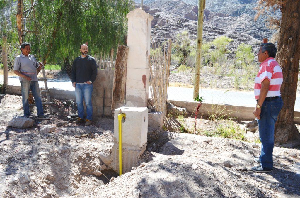 Tejeda compartió con vecinos y personal a cargo de la obra la inspección de los avances de las conexiones.